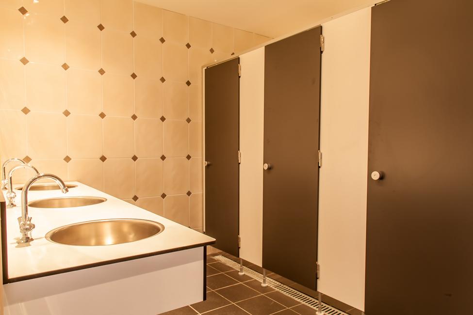 toiletgebouw houten hooihuisjes